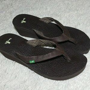 NWOT Sanuk brown slip on thong wedges sz 9
